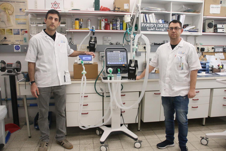 מכונת-הנשמה-בשימשו-כפול-שתיים-צוות-הנדסה-רפואית-של-הלל-יפה-ליד-המכונה-המותאמת7413