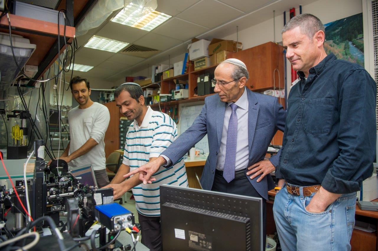 במעבדה-של-זאב-זלבסקי-הוא-מימין-צילום-חן-דמארי