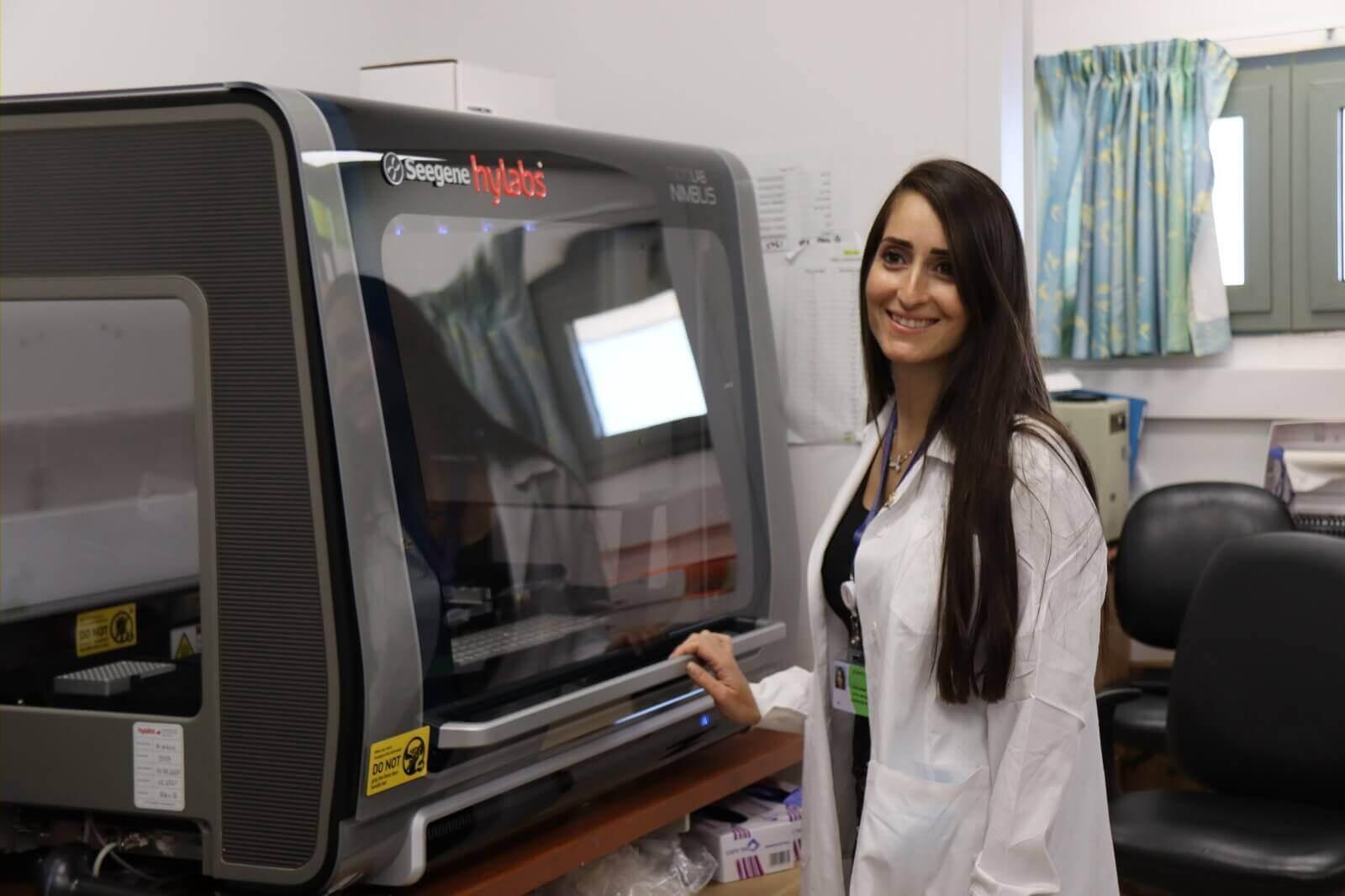 מנהלת המעבדה המיקרוביולוגית הילה בן עמרם צילום: זיו