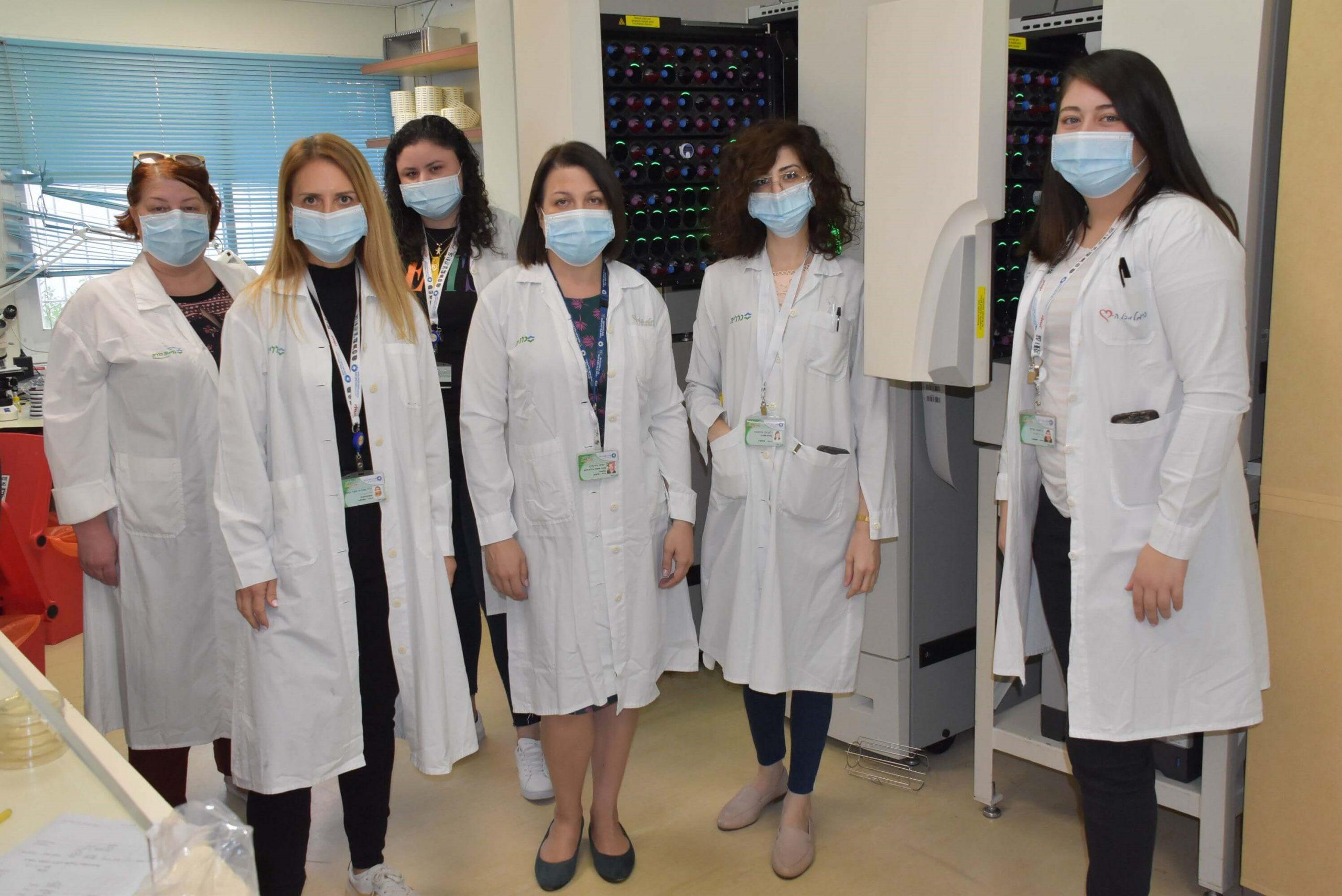 צוות המעבדה המיקרוביולוגית בבית החולים כרמל צילום: אלי דדון