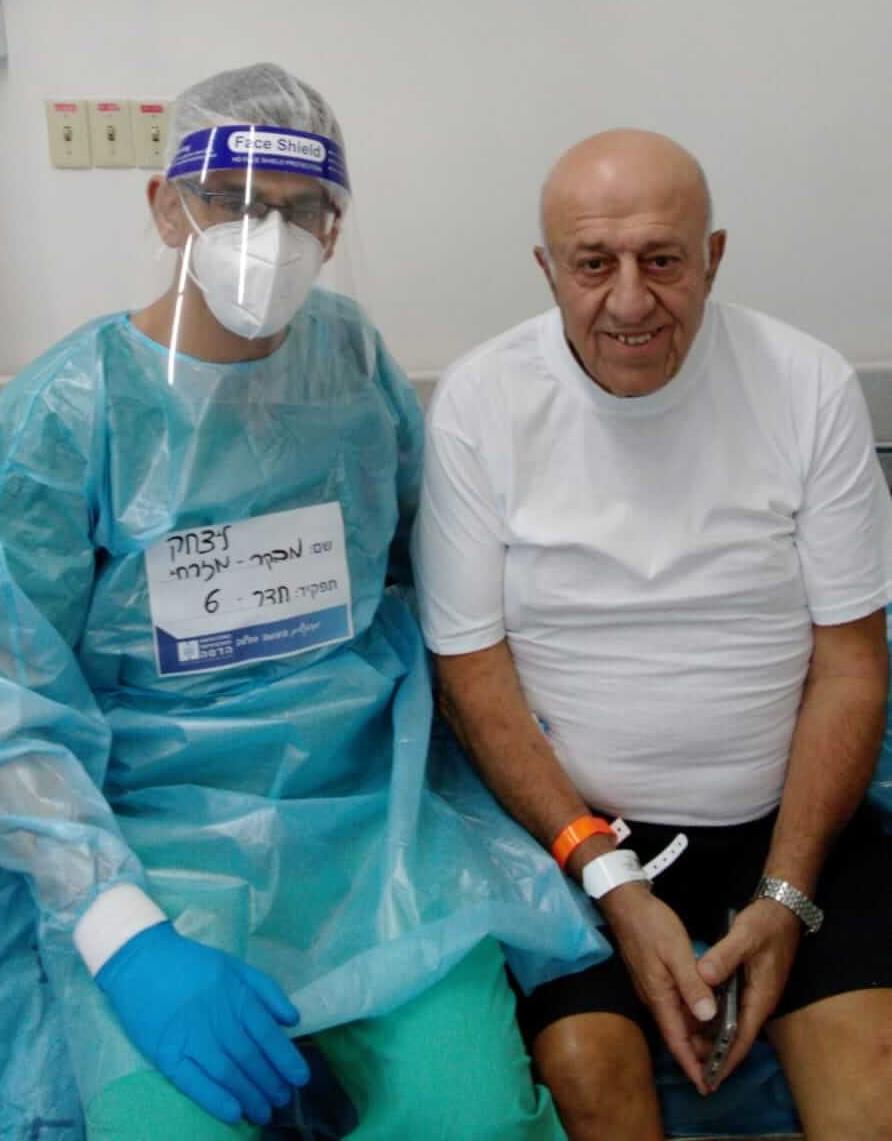 ניסים אלקבץ שנכנס לבקר את חמו במחלקת הקורונה צילום: הדסה עין כרם