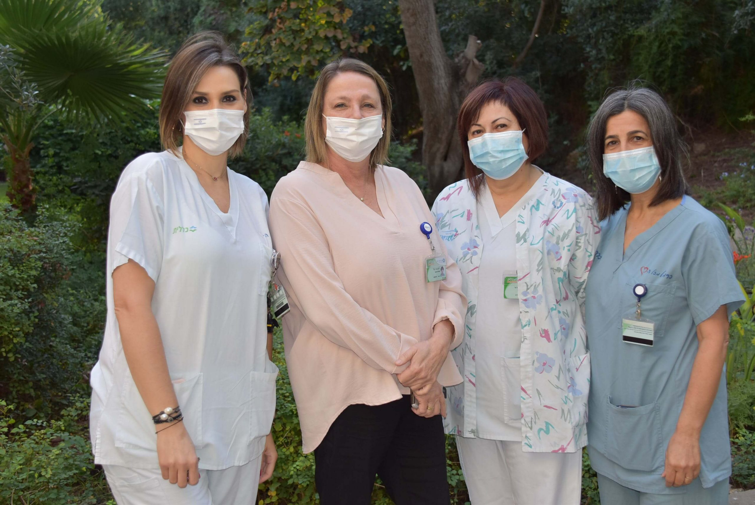 שלוש האחיות שקודמו עם מנהל הסיעוד של כרמל אהובה טל צילום: אלי דדון
