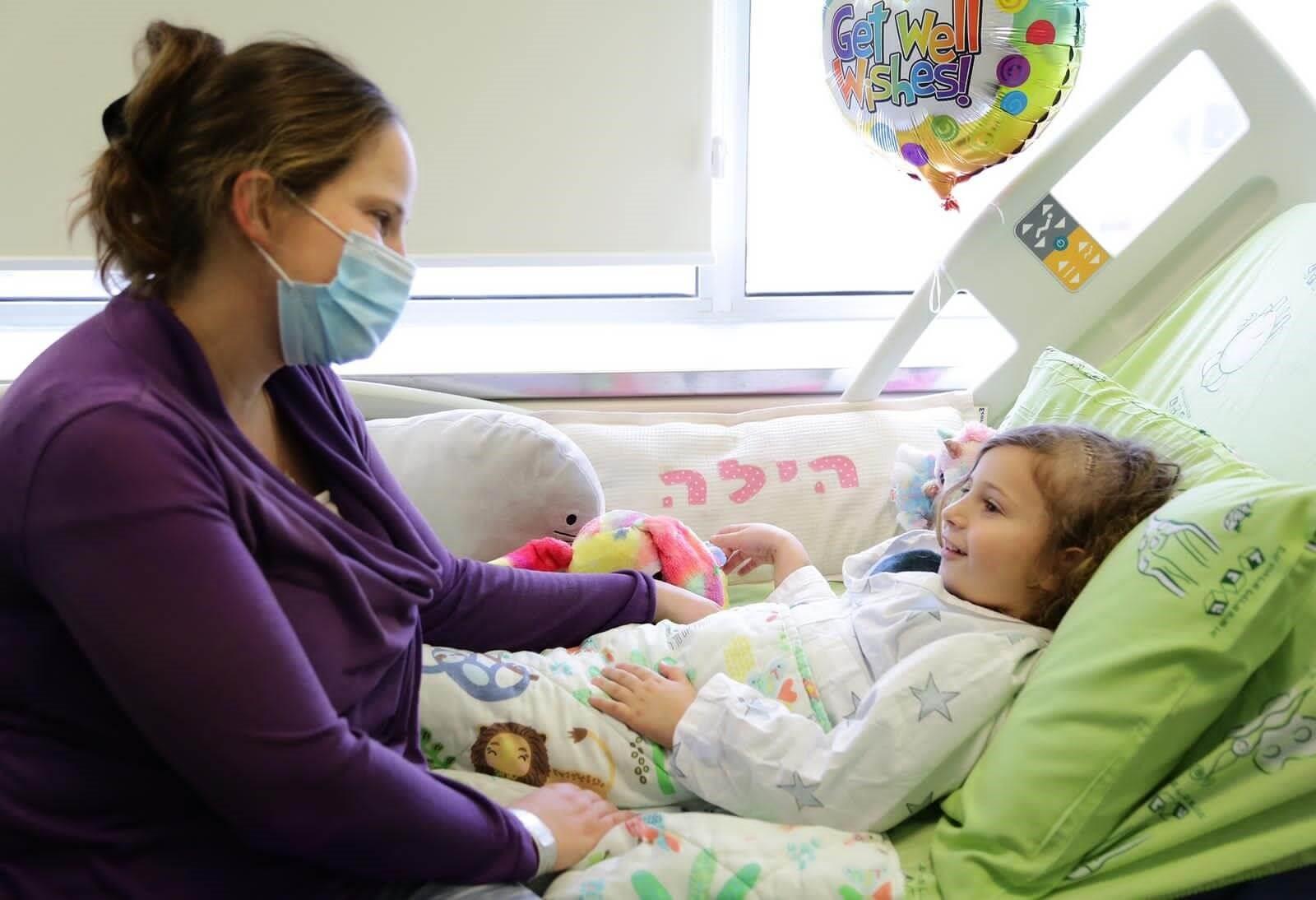 הילדה הילה ברונשטיין ואימה מורן לאחר הניתוח צילום: מירי גטניו, איכילוב