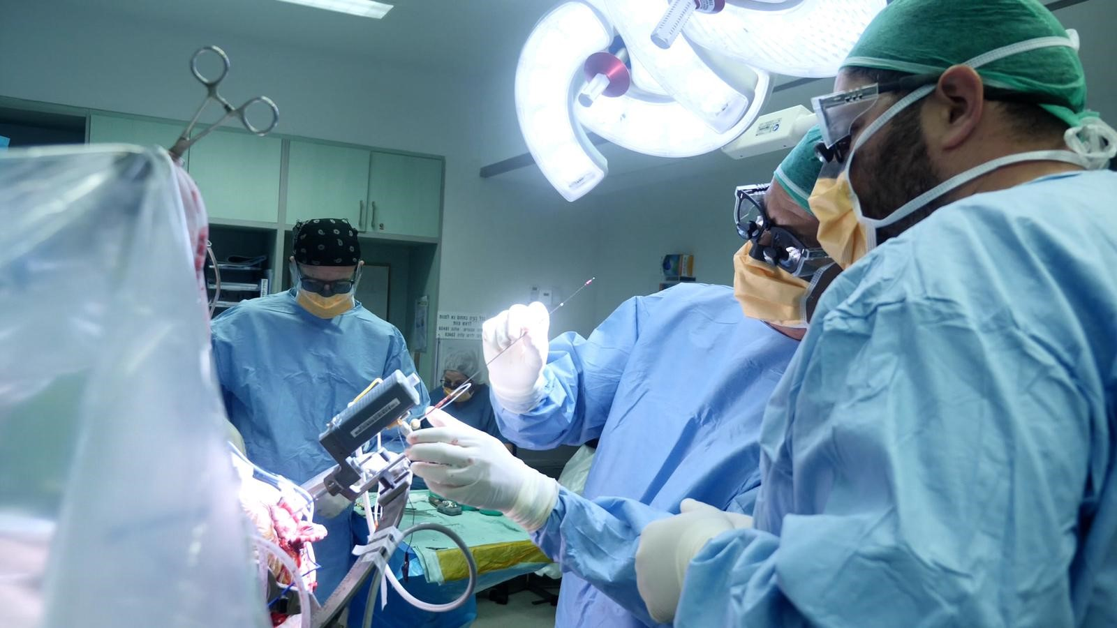 ניתוח השתלת הקוצב החדשני צילום: ליאור צור, איכילוב