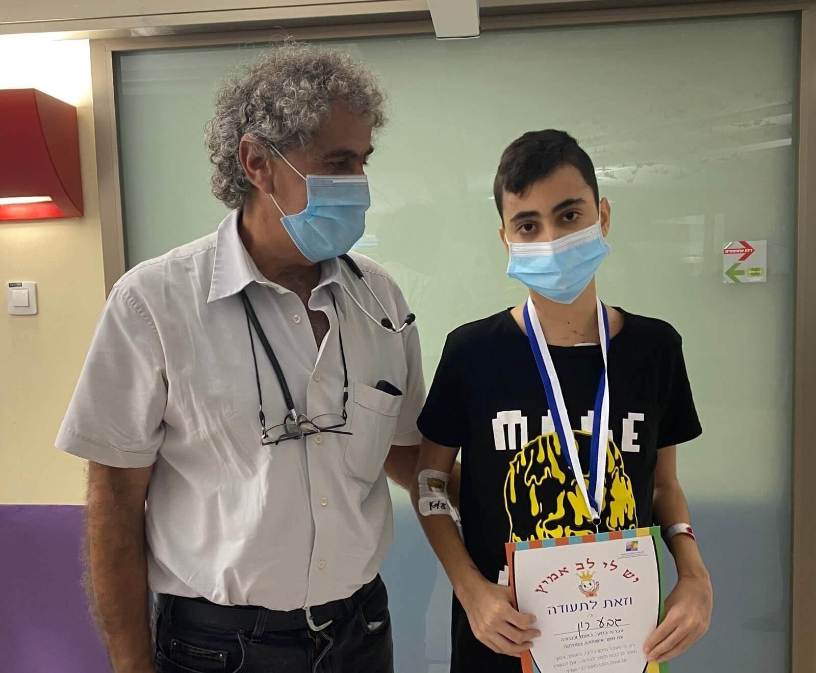 הנער רון גבע עם פרופ' עובדי דגן, מנהל היחידה לטיפול נמרץ לב צילום: שניידר
